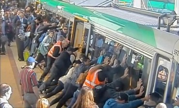 OMG! Commuters United To Free Man Trapped Between Train And Platform, Watch video