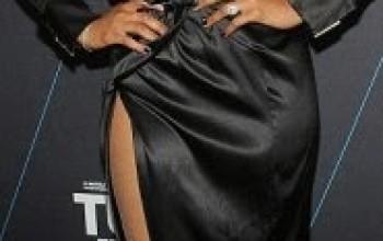 Photos: Jennifer Hudson shows off her bra on the red carpet