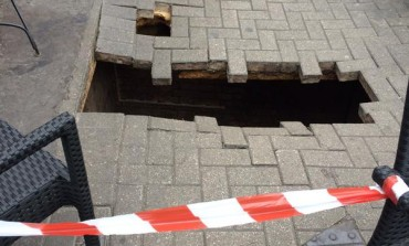 #OMG! Woman 'disappears down hole' that opened up outside #London cafe