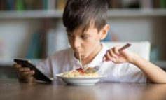 Screen time: Children advised not to use electronic devices at dinner
